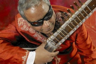 BALUJI-WITH-SITAR-August-c-Simon-Richardson