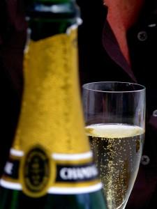 Bouteille de champagne floue, flute de champagne nette