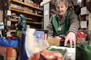 foodbank gallery images_sorting-food-1